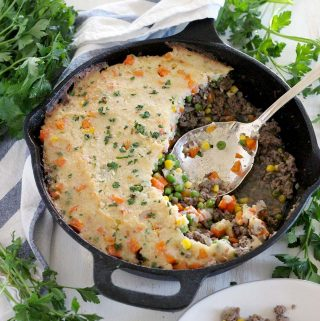 This Skillet Shepherd's Pie with Mashed Cauliflower is a lower-carb, veggie-packed, quick and easy version of shepherd's pie. It's the ultimate comfort food and the whole family will love it. #shepherdspie #lowcarb #mashedcauliflower #onepotmeals