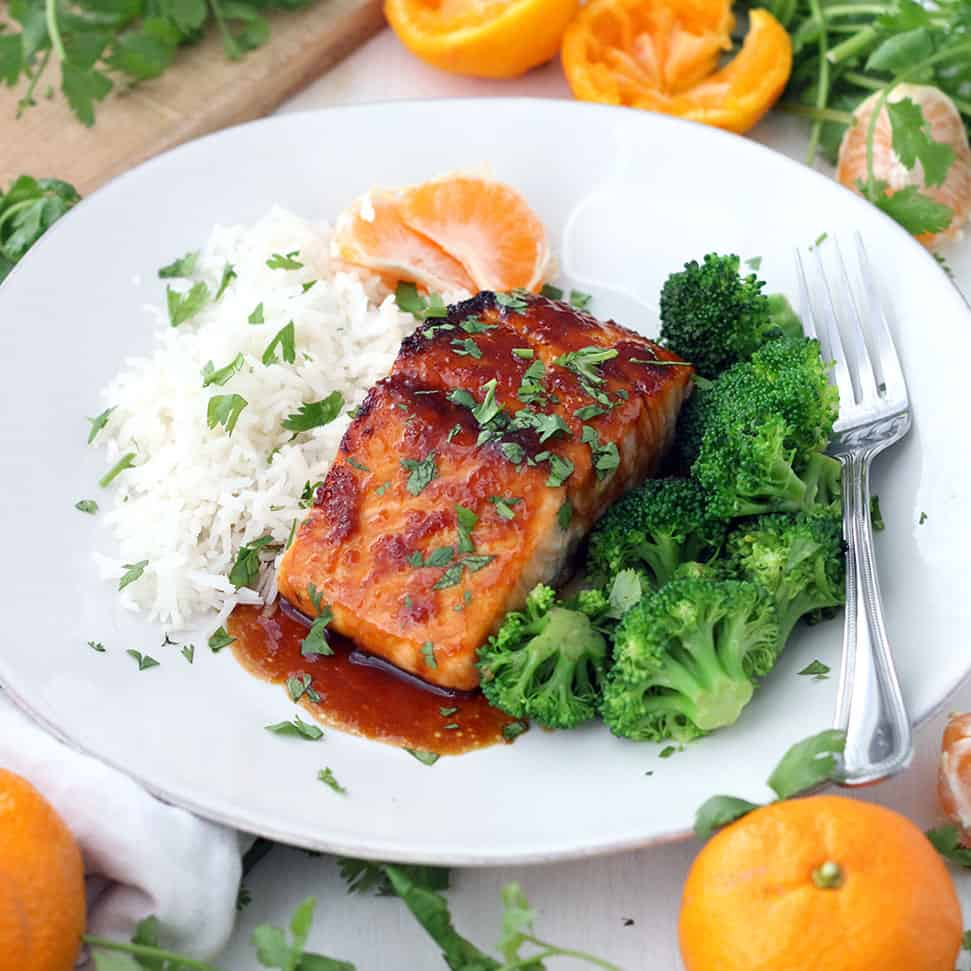 This colorful and healthy Mandarin Orange Glazed Salmon takes only 15 minutes to make and is broiled to perfection to create a sticky, thick glaze on top and keep the salmon moist and flaky. #Salmon #BroiledSalmon #MandarinOrange #SalmonRecipes #HealthyDinner #FastDinner #EasyRecipes